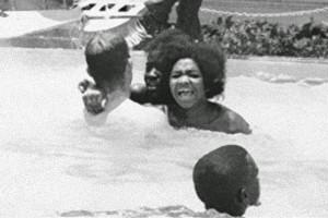"""アメリカの """"黒人差別"""" が酷い。黒人がプールに入っているので、プールに """"酸"""" を注いでいる1枚の写真"""