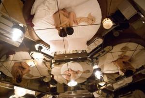 外国人が撮ったラブホテルの写真に写ってる日本人の男女・・・なんだこれ・・・(画像)