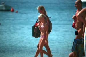 【画像】ヌーディストビーチに金髪の幼女・・・そして・・・