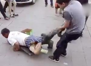 「身体障害者」の乞食、ズボンを脱がすとまさかの・・・ (動画)