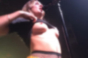 【画像】有名女性歌手、コンサート中「乳首を丸出しにする」という奇行に出る…