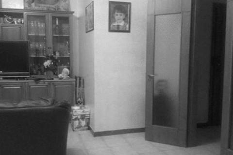 ネットで話題になった恐ろしい心霊写真。ドアの後ろに子どもが ⇒ ドアを開けてみると…(画像)