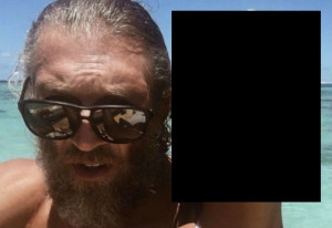【画像】50歳のおじさん、10代のモデルと付き合う…こんなエロい身体を…