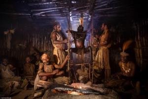【閲覧注意】パプアニューギニアの原住民を訪ねたら、家の中で恐ろしい事をやっていた…(画像)
