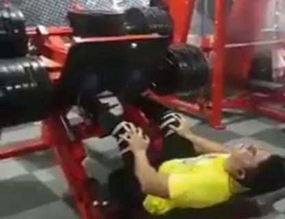 【閲覧注意】足はもう折れてる。でもジムの機械は止まってはくれなかった…(動画)