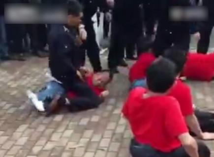 【動画】中国の障害者たちが街中でデモ活動 ⇒ 警察にボコボコにされる・・・