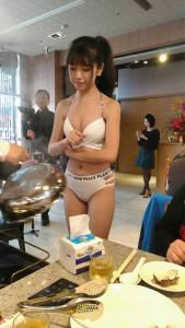 台湾のレストラン「女性店員が脱げば脱ぐほど人が集まるな!」⇒ 結果…(画像)