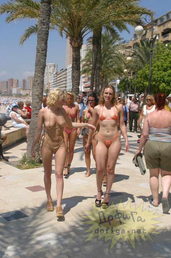 海外の海水浴場で乳首もマンコも丸見えのヤバい水着が流行ってると話題に