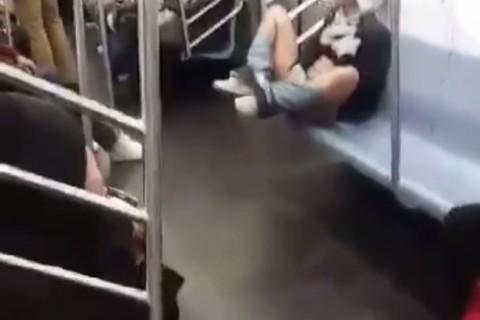【動画】電車内で思いっきりオ●ニーしてる女が撮影される…