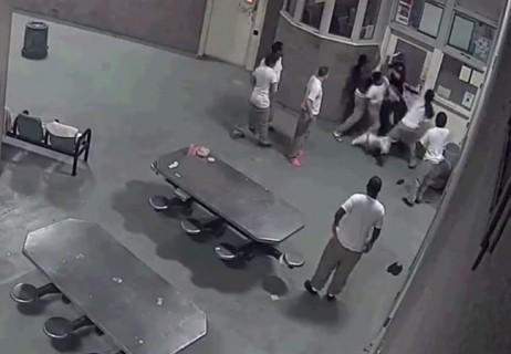 【動画】アメリカの刑務所の「囚人」と「警官」のケンカが壮絶すぎる