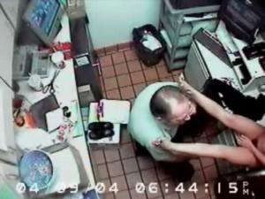 マクドナルドの事務所で18歳の女の子が全裸にされ、膣に指を入れるという闇が深すぎる事件の動画…