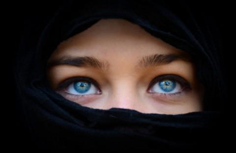 死刑 or レ●プ。イスラムの国でエロい女が肌を露出して歩いたらこうなる動画