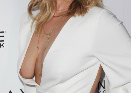 若手女優(23)、イベントにとんでもない格好で現れ乳首が見えてしまう…(画像)