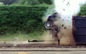 【閲覧注意】時速200km/hで事故った結果・・・(動画)
