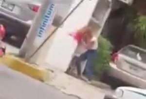 【閲覧注意】精神障害者の女の子、街中でやらかす・・・ (動画)