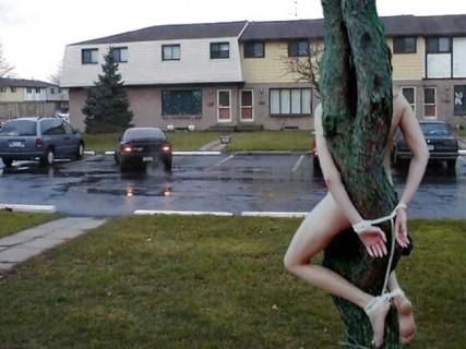 【画像】外で全裸のまま身体を拘束された美少女たち・・・これもはや犯罪だろ