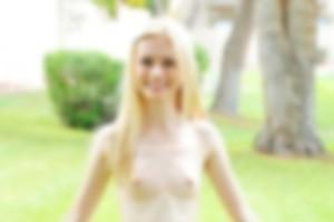 幼女みたいな顔・体型してる海外のロリモデルの全裸がやばい