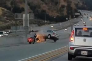 高速道路でバイクがムカついて乗用車蹴った結果・・・世界中で話題の衝撃映像