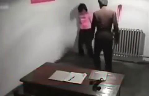 """北朝鮮の """"女性への尋問"""" の映像が流出。マジでめちゃくちゃにヤラれてる…(動画)"""