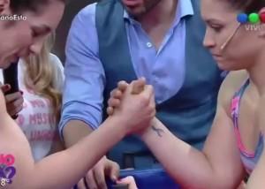 【動画】生放送のバラエティ番組でヤバすぎる放送事故。女性の腕がブチ折れる…