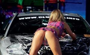 【画像】海外の車洗ってくれる女子店員の格好エロすぎだろ・・・