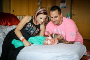 生後1週間の女の子、親のキスで死亡