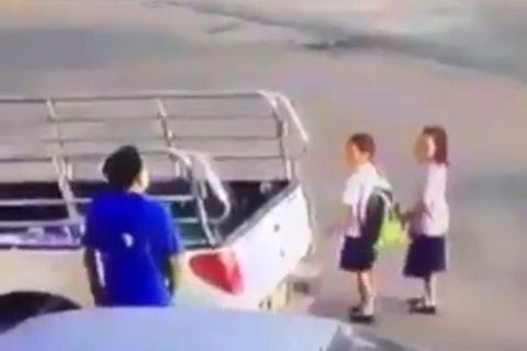 小学校の近くで撮影された、ペドフィリア(小児性愛者)に捕まった女子小学生2人の映像がヤバすぎる・・・