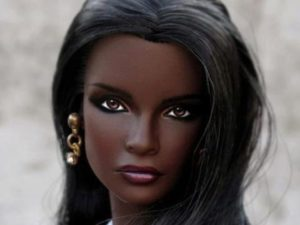 これは凄い。「人間か人形か分からない」女性モデルが世界中で話題に