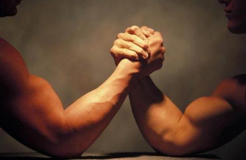 【閲覧注意】腕相撲、強い奴とやってはいけない・・・(動画)