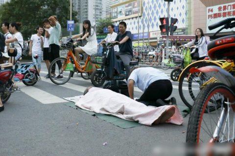 【画像】路上で物乞いしてる「動けない女性」を丸1日監視し続けた結果・・・!