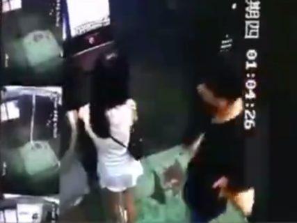【動画】3日前の美女レ●プ事件、エレベーター内の監視カメラに記録されてた映像がやばい・・・