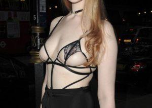 【画像】美人モデルさん(23)、ピンク乳首がスケスケの格好でイベントに参加してしまう・・・