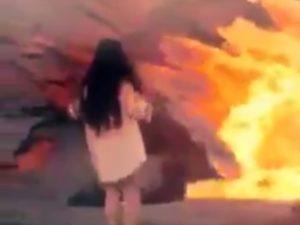 女子がマグマに落ちて爆発する瞬間が怖すぎるんだけど・・・(動画)