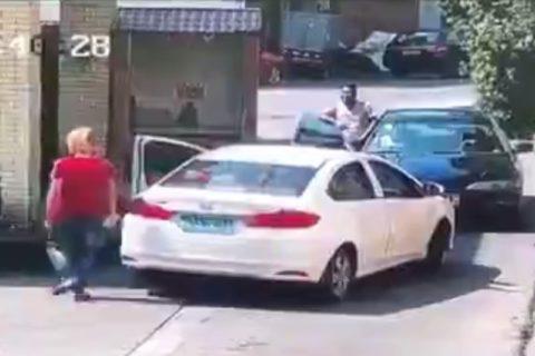 【動画】車1台しか通れない道で2台が鉢合わせ ⇒ どっちも乗ってる奴がヤバかった結果・・・
