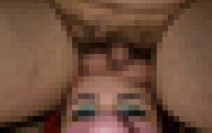 【画像】女性アーティストさん、男性器を顔に乗せられてる様子が流出してしまう・・・
