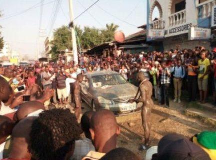 """【動画】アフリカの車泥棒、車の持ち主が仕掛けた """"黒魔術"""" にかかり全裸で踊り始める"""