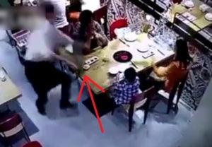 レストランの店員が滑って沸騰したスープを子供にかけてしまう動画が世界中で話題に