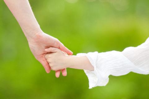 【超!閲覧注意】おかあさんの目の前で幼女が・・・これはヤバいだろ(動画)