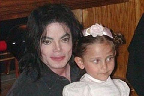 """【画像】マイケル・ジャクソンの娘(19)の """"上半身裸"""" をご覧ください…"""