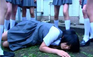 【動画】最近の女子高生が学校の屋上でやってる事・・・これは完全にアウトだわ