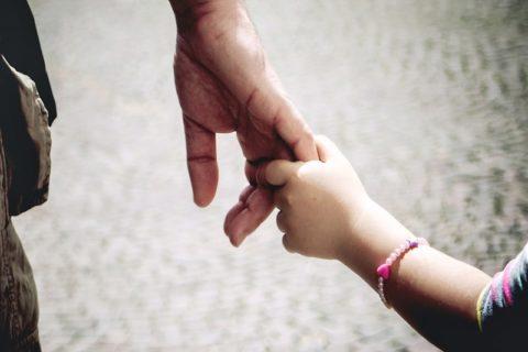 """【閲覧注意】8歳の女の子がお父さんに """"やられた事"""" をご覧ください…(動画)"""