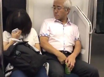 「日本がヤバい…」電車で寝てるJKに痴漢するおじさんの動画がヤバすぎると世界中で話題に