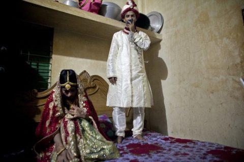 おっさんと結婚させられた15歳美少女…ガチで嫌がってて笑えない…(画像)