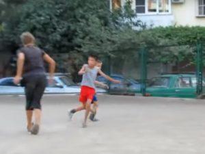 中学生(175cm)が小学生(150cm)とケンカして腕の骨をぶち折る動画が話題に