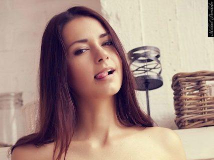 【画像】こんな超絶美女が「エロい仕事」でお金を稼いでるという現実・・・(20枚)