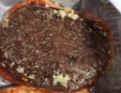 【閲覧注意】ハンバーガー食べようとしたらめっちゃクサい ⇒ 中身見てみたら…(動画)