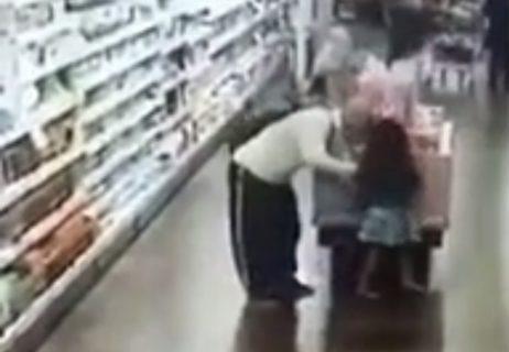 5歳の幼女の性器を触り続けるペドフィリア・・・頭おかしい・・・(動画)