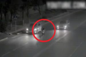【動画】超能力とか信じない奴… この「今にも車に轢かれそうな女性」よく見とけ…