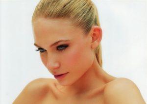 """【画像】フィンランド人スーパーモデルの """"全裸"""" が美しすぎて同じ人間とは思えない…"""