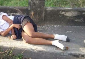 【閲覧注意】女子中学生、スカートがめくれ上がりこうなってしまう・・・(画像あり)